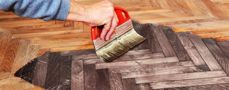 Malowanie podłóg drewnianych specjalnymi olejami do drewna